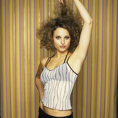 Junge Frau spielt mit dem Haar
