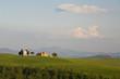 Italien, Toskana, Kapelle und Bauernhof in Landschaft