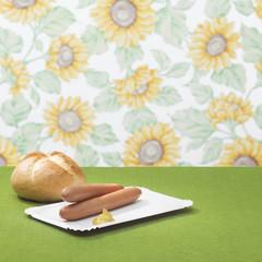 Wiener Würstchen mit Senf und Brötchen
