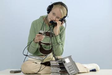 Teenager, Mädchen im Medienrausch, Telefon, Kopfhörer, CD-Player, CDs