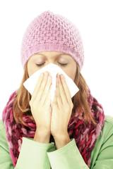 Junge Frau putzt sich die Nade, Erkältung