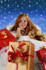 Weihnachtsgeschenke mit Teenager-Mädchen im Hintergrund