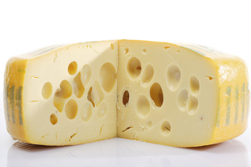 Ein Stück Schweizer Käse mit Löchern