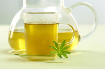 Glas-und Teekanne, Waldmeister Tee