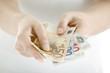 Eine Hand hält Geldscheine, Euros, Euro