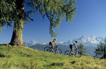 Österreich, Salzburger Land, Paar mit Mountainbikes