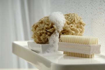 Nagelbürste und Schwamm im Badezimmer