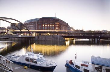 Deutschland, Hamburg, Boote vertäut am Kanalufer, Binnenhafen