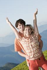 Junges verliebtes Paar ist glücklich auf dem Gipfel