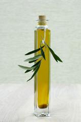 Flasche Olivenöl mit Zweig