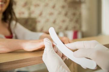 Maniküre in einem Kosmetikstudio