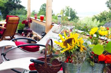 Gemütliche Terrasse im Herbst