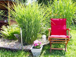 Stuhl am Gartenteich