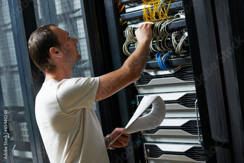 Leinwanddruck Bild service engineer in server room