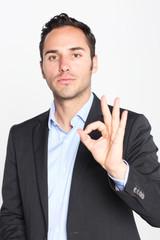 Geschäftsmann zeigt die Zahl 0 an