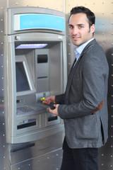 Mann am Geldautomat