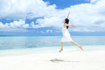 ビーチでジャンプする女の子