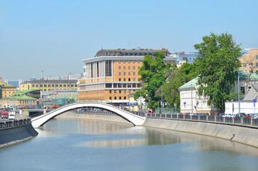Пешеходный мост через водоотводный канал в центре Москвы