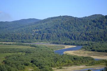 Русло горной реки в долине