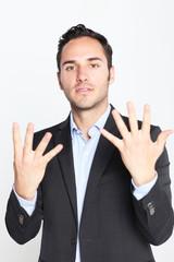 Geschäftsmann zeigt die Zahl 9 an