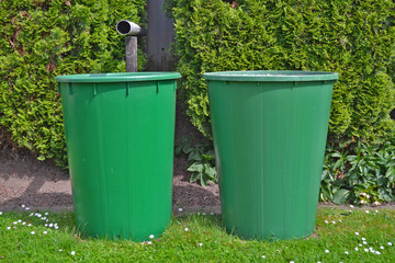 Zwei grüne Regentonnen
