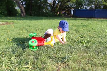 baby falls off a bike