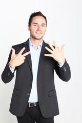 Geschäftsmann zeigt die Zahl 7 an