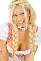 Blonde Frau im Dirndl zum Oktoberfest