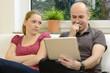 Mann mit Tablet-PC vernachlässigt Frau