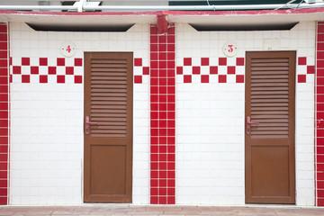 cabine bianche e rosse sulla spiaggia