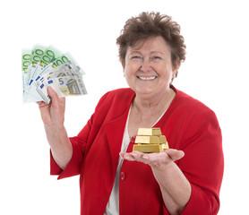 Goldankauf gegen Bargeld - Frau verkauft Gold