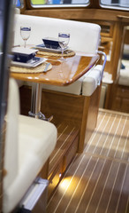 Place setting in a speedboat