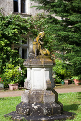The  sculpture  in the garden of the castle in  Montresor