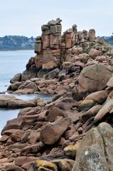 Gros rochers de granit rose et la mer