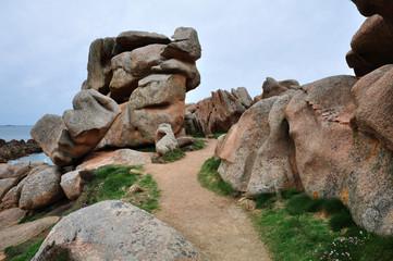 Sentier de randonnée au milieu des rochers de granit rose