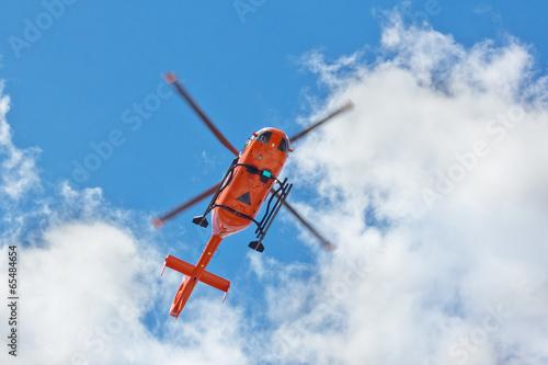 Papiers peints Hélicoptère Rettungshubschrauber im Überflug