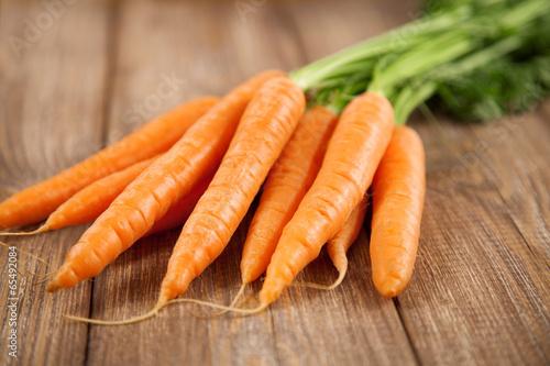 Keuken foto achterwand Boodschappen Carrot on a wooden table