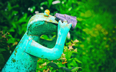 Neugieriger Frosch - Figur im Garten