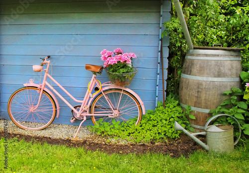 canvas print picture Fröhliches Gartenhäuschen mit Fahrrad
