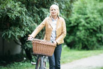 Frau mit Korb und Fahrrad