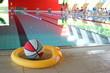 Leinwandbild Motiv Ball und Schwimmnudel am Rand eines Sportbeckens