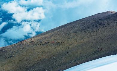 zirveye ulaşmaya çalışan dağcılar
