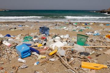 Plage polluée en Crète