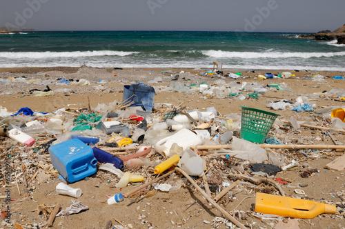 Plage polluée en Crète - 65509254