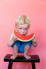 blonder Junge ißt Melone