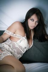 Sexy et sensuel modèle féminin posant sur un lit