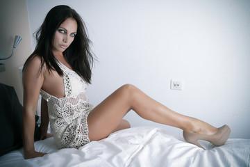 Sexy Beau et Sensuel Modèle Féminin sur un lit en talons hauts