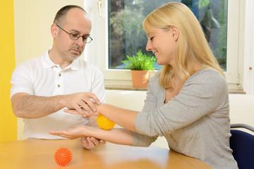 Patient bei Ergotherapie mit Igelball