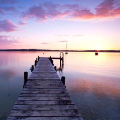 einsamer Holzsteg am See
