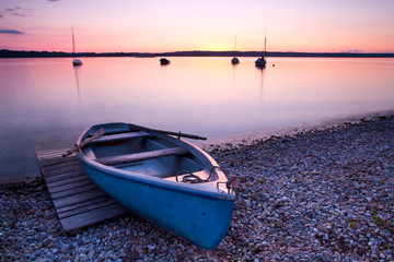 Ruderboot am Seeufer